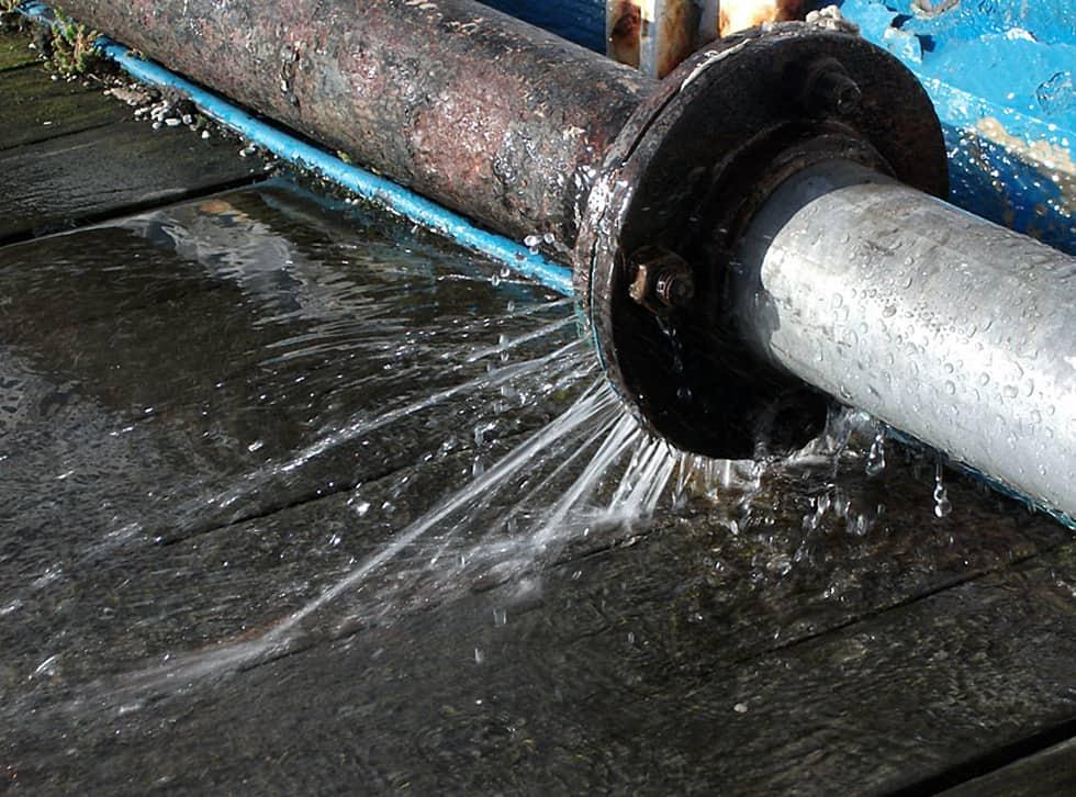 sửa chữa ống nước bị rò rỉ