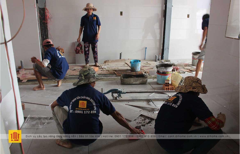 Công nhân của Doctor Hom thực hiện công tác sửa chữa cải tạo