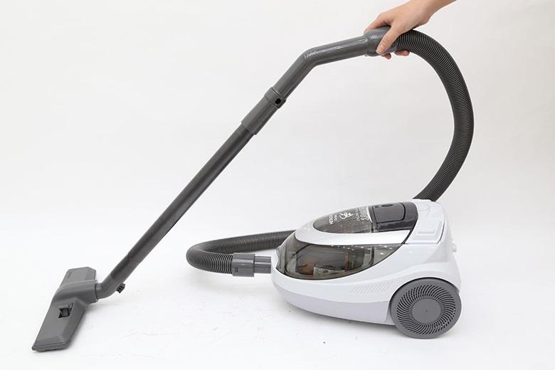 Sử dụng máy hút bụi để làm sạch cho ngôi nhà