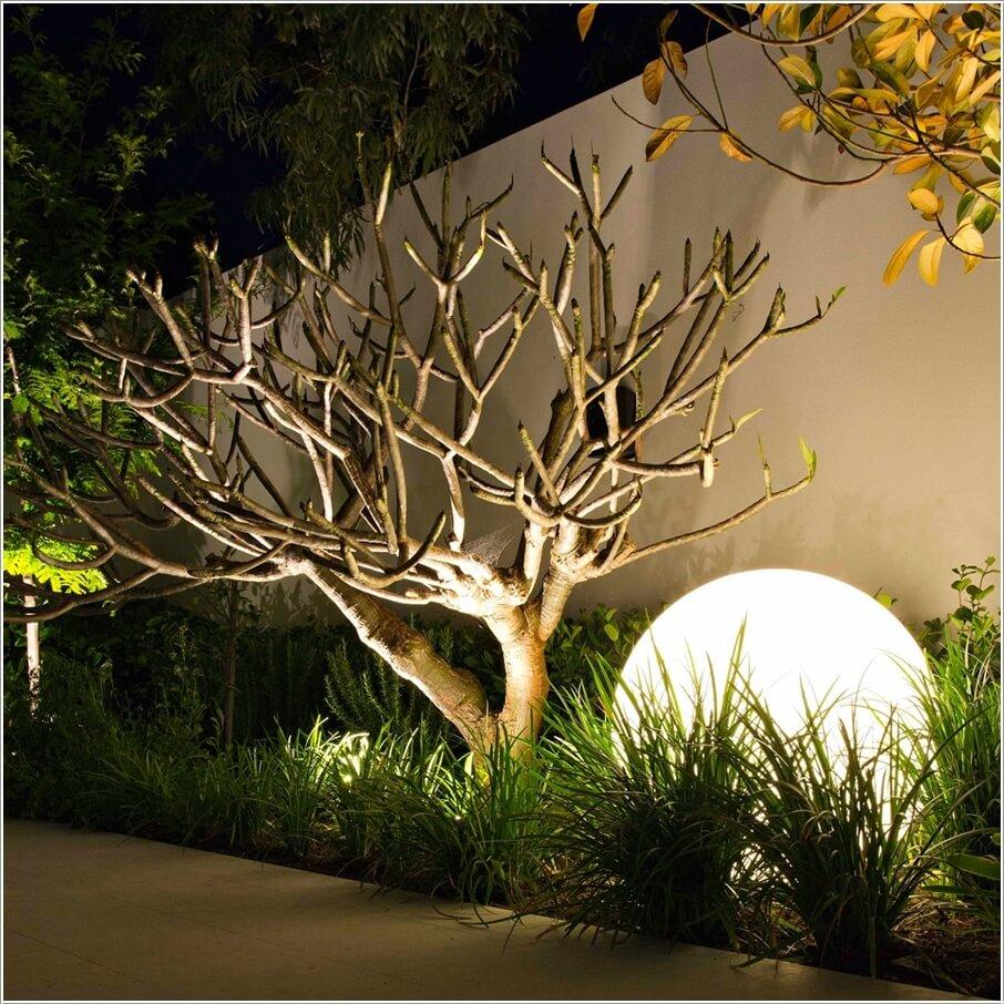 Lắp đặt đèn quả cầu lớn trong sân vườn