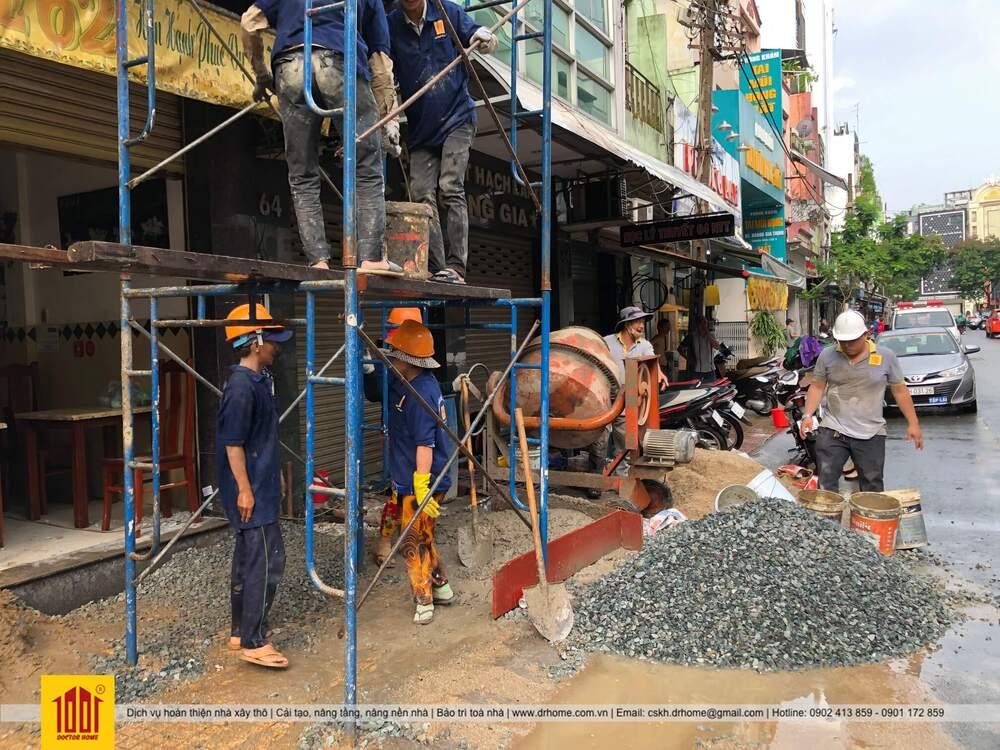 Cong nhan ky su Doctor Home thi cong do be tong sua nha them tang cho nha pho 66 tren duong Nguyen Thien Thuat Quan 3