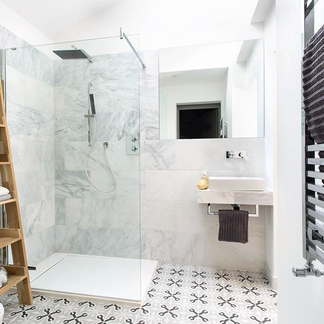 Mẫu phòng tắm sang trọng, sáng sủa với gạch ốp tường trơn