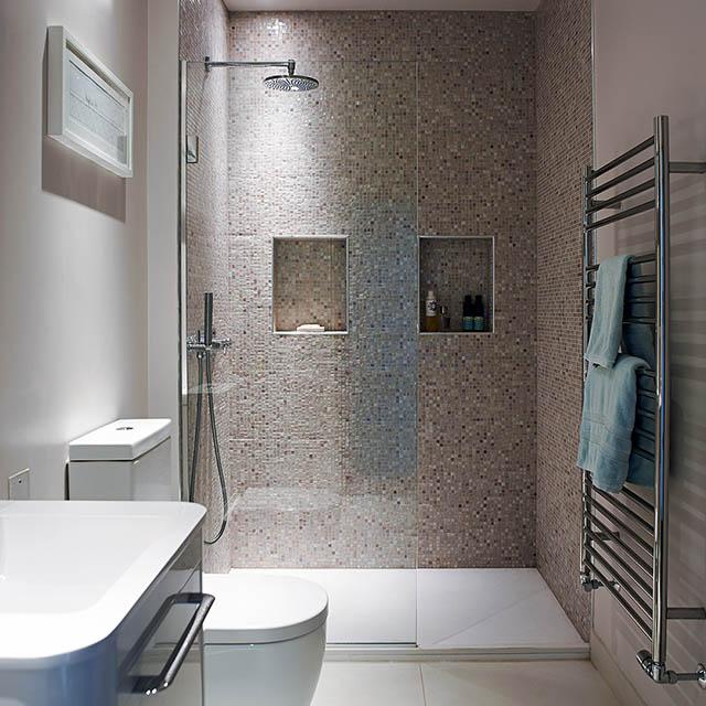 Mẫu phòng tắm với gạch ốp tường có hoa văn tạo cảm giác độc đáo cho thị giác